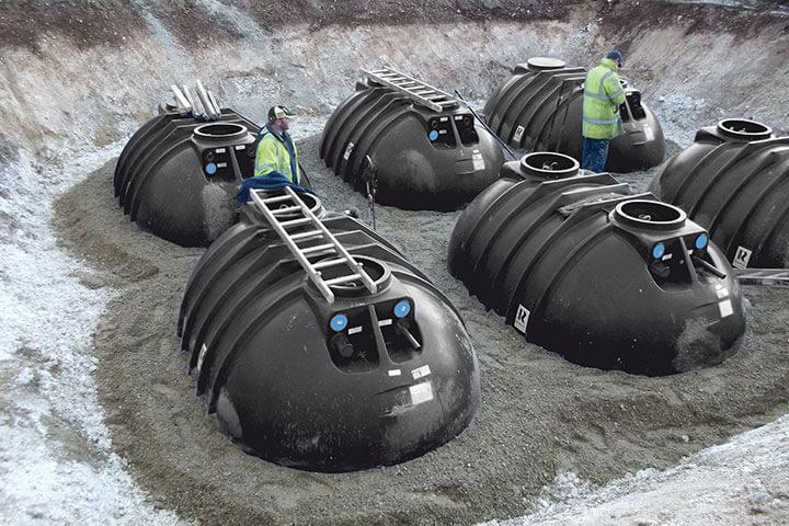 Sechs Zisternen über Grundwasser in Sand eingegraben